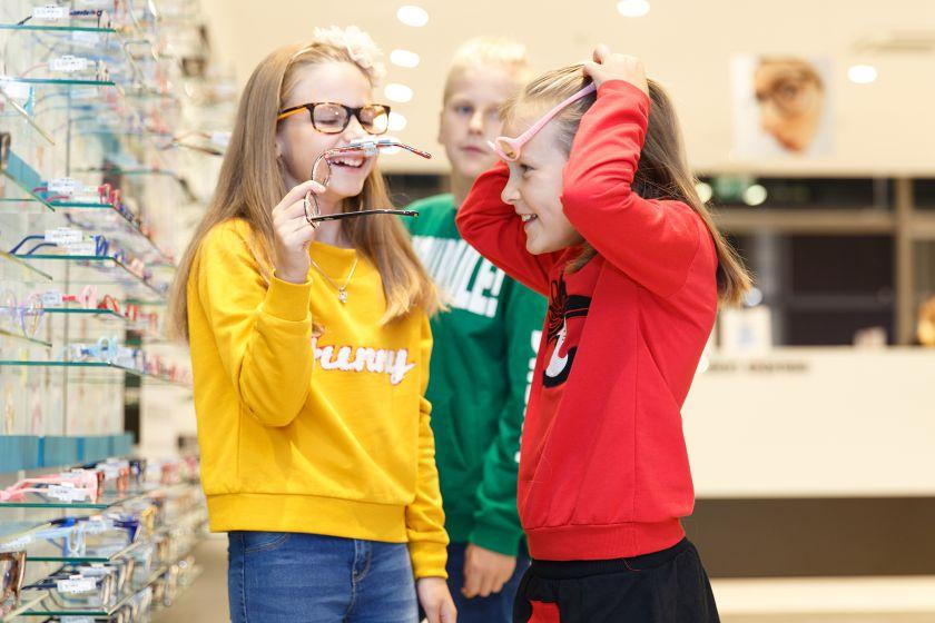 60 proc. lietuvių mano, jog vaikai patiria patyčias dėl nešiojamų akinių