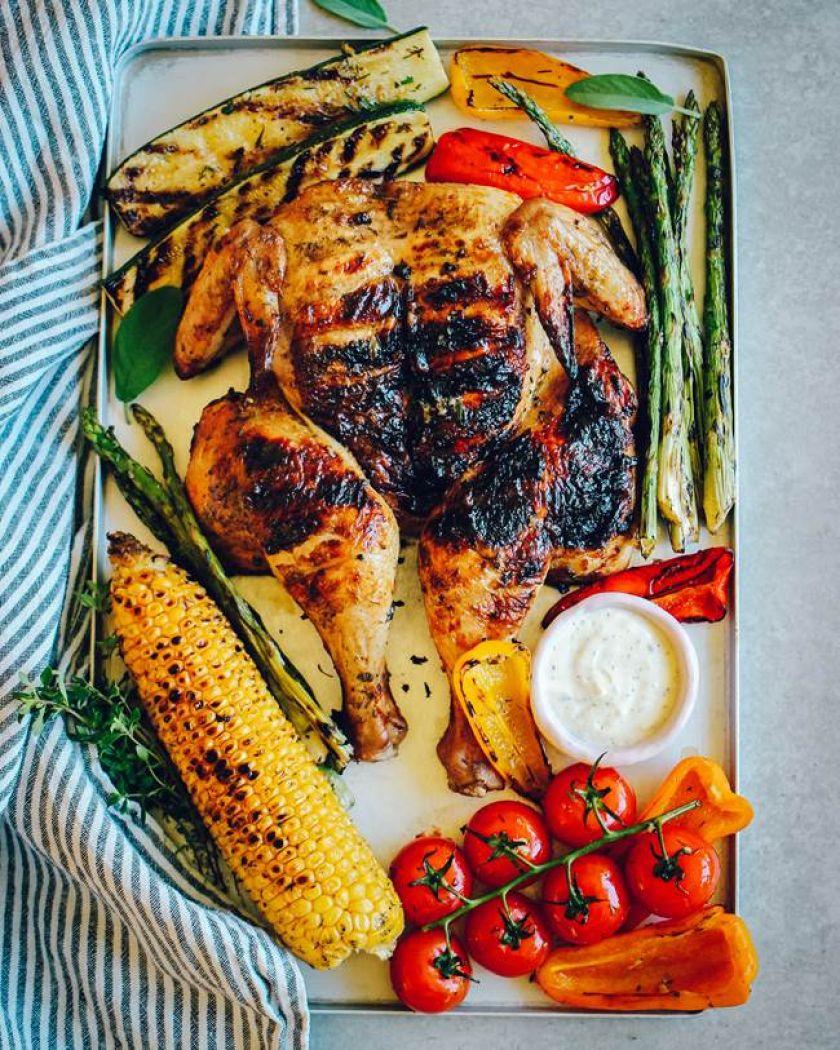 """Joninių stalo pažiba – plokščias viščiukas: išbandykite ypatingą tinklaraštininkės """"Ant medinės lentelės"""" receptą"""