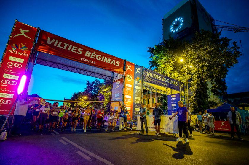 Šeštadienį Klaipėdos gatves nušvietė Šv. Magdalenos naktis – viltį ir šviesą nešanti bėgančių moterų banga
